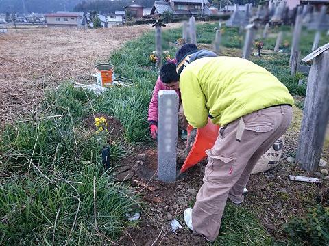 揖斐郡池田町 藤代墓地で墓標の建立工事