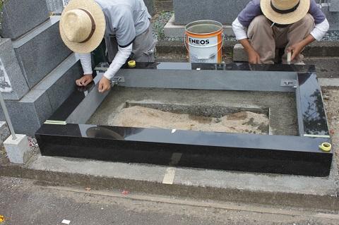 安八町 牧霊園で新しい墓石建立工事②外柵設置