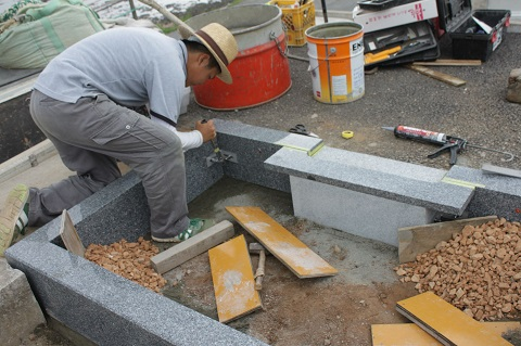 大垣市 熊野墓地で新しい墓石工事②外柵設置工事