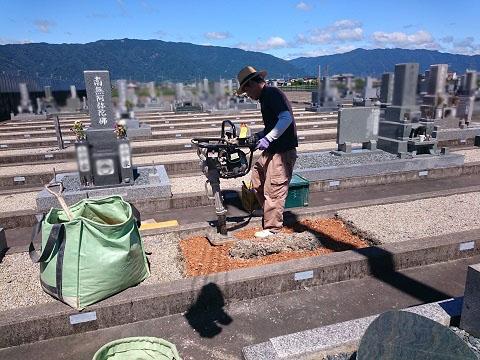 神戸町営北部霊園で新しい墓石建立工事①基礎コンクリート