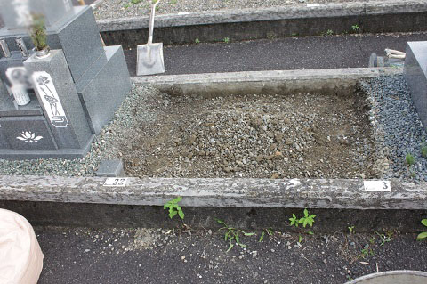 大垣市営青野霊園で新しい墓石工事①基礎コンクリート