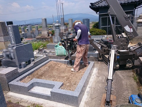 大垣市 長松墓地で新しい墓石工事③日本加工 大島石特級の墓石建立