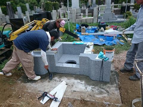東京都 青山霊園で新しい墓石工事②納骨室・外柵設置