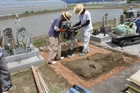 安八郡神戸町 斉田墓地で墓石リフォーム工事①解体・基礎コンクリート