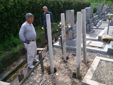 お墓の基礎工事、杭打ち