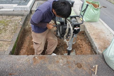 大垣市 熊野墓地で新しい墓石工事①ブロック解体・基礎コンクリート