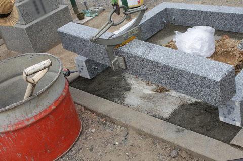 大垣市 桧町墓地で墓石リフォーム工事②外柵設置