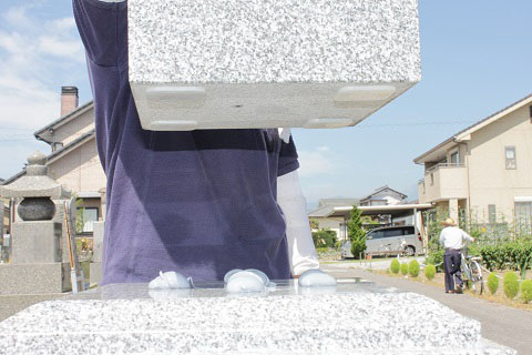 大垣市 熊野墓地で新しい墓石工事③大島石の墓石工事