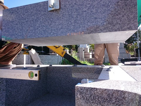 東京都 青山霊園で新しい墓石工事④日本加工 庵治石細目の墓石建立