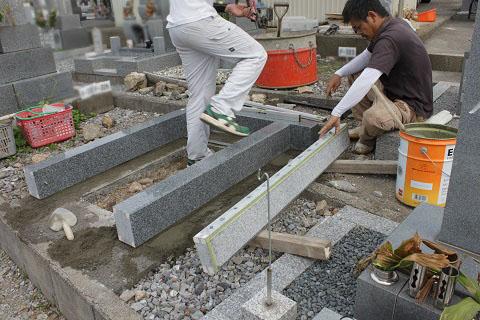 大垣市 昼飯霊苑で新しい墓石工事②外柵設置