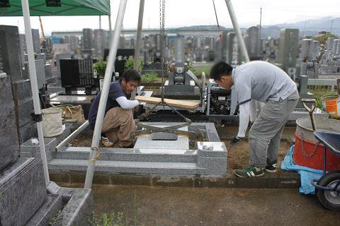 大垣北部霊園で新しい墓石工事③墓石設置